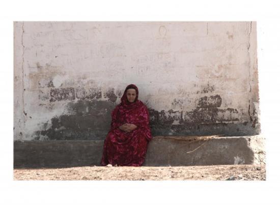 femme-berbere-assise-blanc.jpg